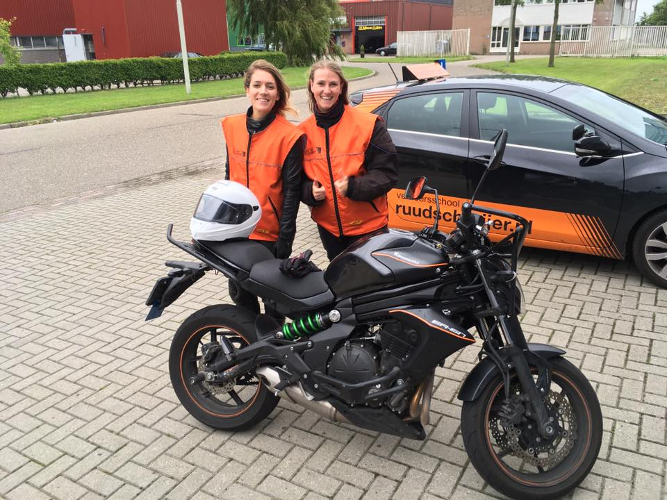 Lisanne Peschier, Stephanie Oostrom, Motor, rijles, Hoorn, snel slagen, geslaagd, beste rijschool