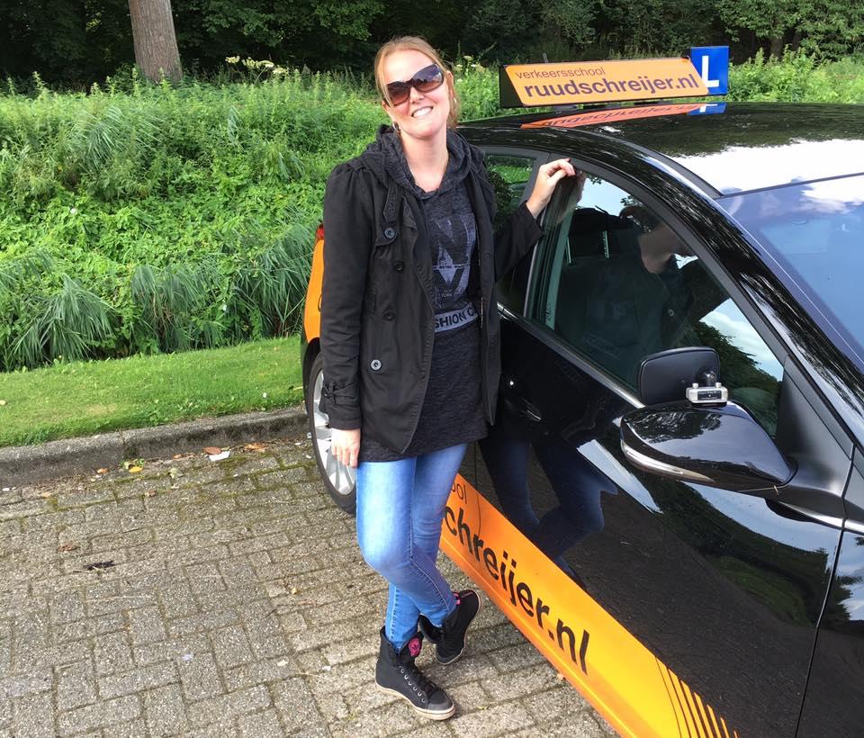 Wendy Poelwijk, Ruud Schreijer, rijbewijs halen in Hoorn, in een keer slagen
