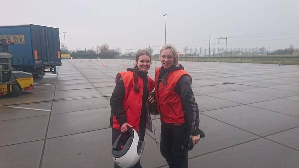 dido prins, femke van baar, ruud schreijer, motorrijbewijs halen in Hoorn, vrouwen op de motor.